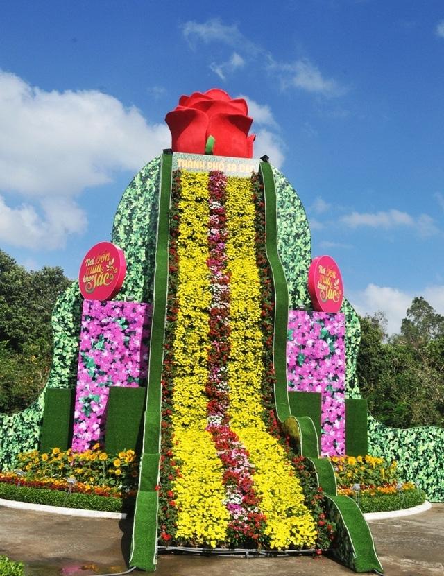 Thác hoa tươi lớn nhất Việt Nam có chiều cao 12m, đường kính 19m và được kết từ 2.500 giỏ hoa tươi